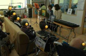 私が実際に介護施設を訪問して紙芝居をしている時の画像です