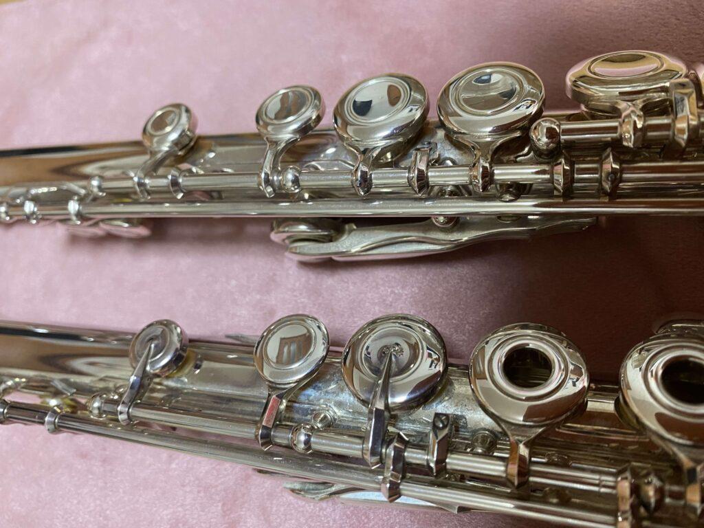 ムラマツ総銀製とヤマハYFL211フルートの胴部管部分を並べて撮影しました