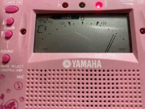 ツィスの音から大幅に音程が高くなると、画像のように針が右に触れます