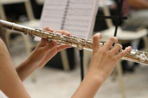 吹奏楽で女性がフルートを吹いている画像