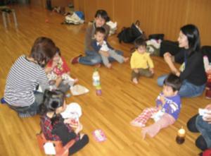 キッズタイムには、子供たちを集めて手遊びをしたり、おやつを食べたりして過ごします