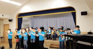 シエスタではボランティアで 幼稚園・保育園・子育て支援センターなどで子供さん向けの演奏をさせていただいてます。ボランティアで幼稚園に訪問演奏をしている様子。