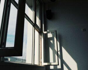 窓を開ける画像