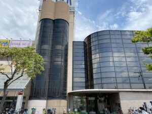 春木市民センターは南海本線の春木駅を降りてすぐのところにあります。