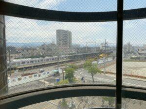 エレベーターから見える景色。南海本線の春木駅や電車が見れます。
