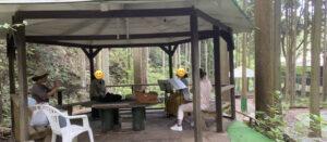 貝塚市のそぶらの森のレストランの公園の中で友達4人でフルートアンサンブルをしている時の画像