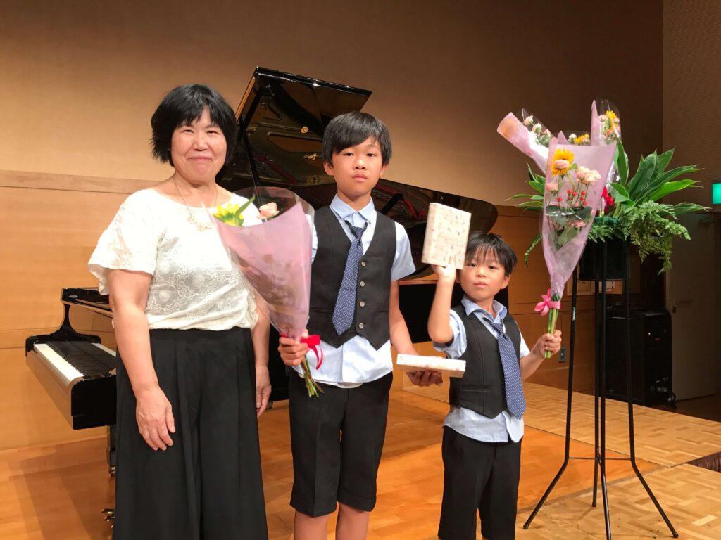 2016年のピアノの発表会の3ショット!向かって左が宮内先生、真ん中が長男、右が末っ子です。