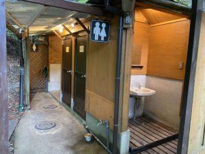 レストランのすぐ横の屋外にトイレが設置されています。