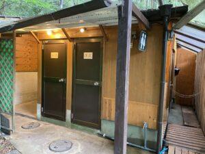 レストランのすぐ横の屋外にトイレが設置されています。その2