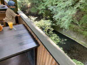 そぶらの森のレストラン内の川のそばのテラス席