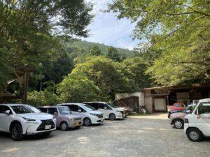 そぶらの森のレストラン横の駐車場の画像。10台分ぐらいの広さ。