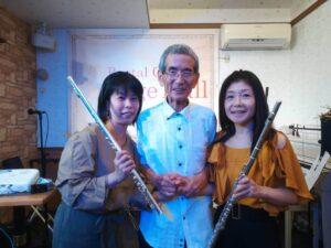 真ん中に立っている白いシャツを着たのが竹代先生です。