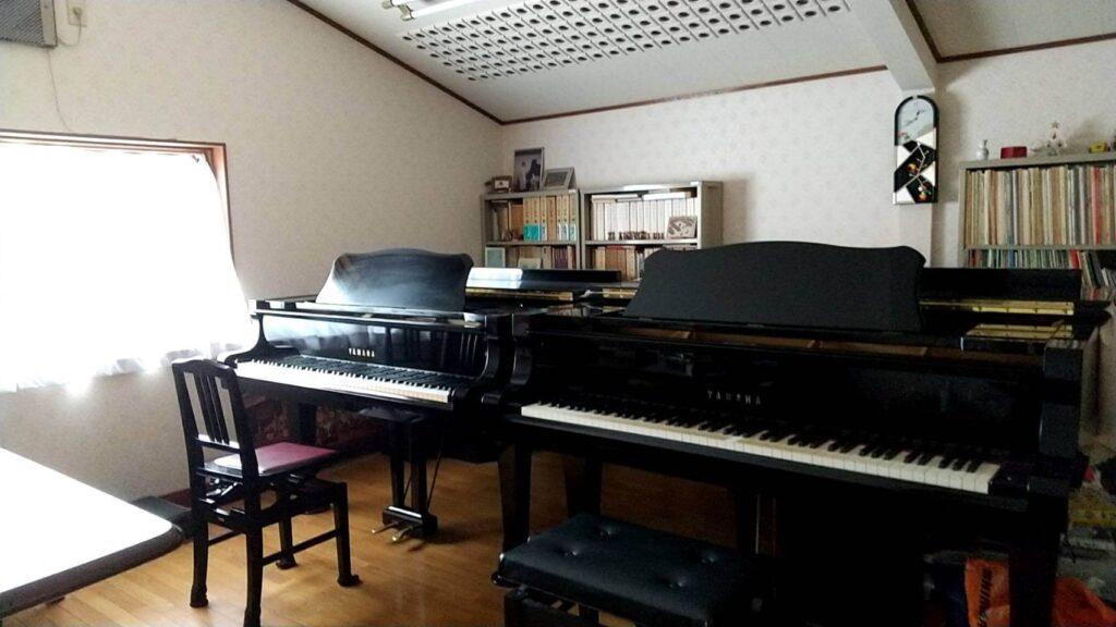 泉南市にある宮内Kピアノ教室の中の様子。グランドピアノが2台並んでいる画像。