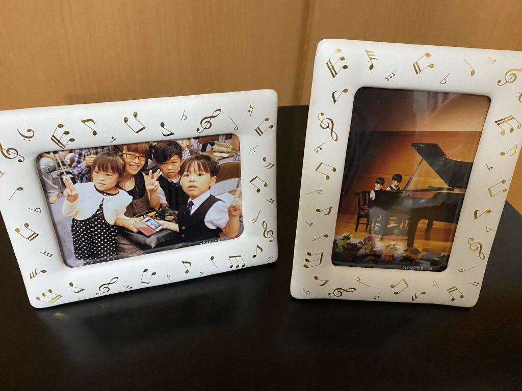 宮内Kピアノ教室のピアノの発表会で頂いたプレゼントの写真立てたちを並べています。